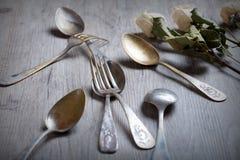 Les diverses cuillères et fourchettes se sont enlacées sur la table en bois rustique Photos libres de droits