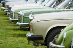 Les diverses rétros voitures se tenant dans une rangée dans l'exposition mettent en place Image libre de droits