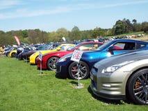 Les diverses voitures ont aligné sur l'herbe à un salon automobile, moteur lumineux de lumière du soleil sur le fossé Leeds Castl photos libres de droits