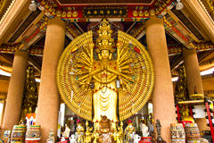 Les dix-millièmes remettent la statue de Bouddha Images libres de droits