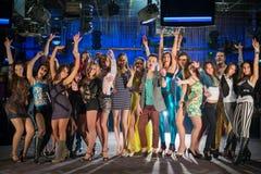 Les dix-neuf jeunes ayant l'amusement et la danse photo libre de droits