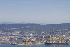 Les docks avec embarquent des grues à Trieste images stock