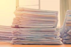 les documents sur le bureau empilent haut l'attente à contrôler Image libre de droits