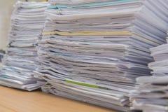 les documents sur le bureau empilent haut l'attente à contrôler Photos stock