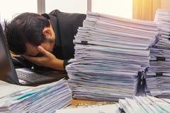 les documents sur le bureau empilent haut l'attente à contrôler Photographie stock