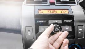 Les doigts appuient sur des boutons photographie stock