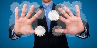 Les doigts d'homme d'affaires touchent l'espace devant lui à l'écran tactile visuel - image courante Photos libres de droits