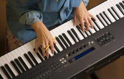 Les doigts de la femme sur des clés de piano de Digital photos libres de droits
