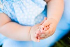 Les doigts du petit bébé Photos libres de droits