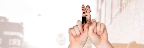 Les doigts du ` s de Valentine aiment les couples et le fond lumineux de rue images libres de droits