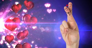 Les doigts du ` s de Valentine aiment des couples et des coeurs flottant de la source lumineuse Photo libre de droits