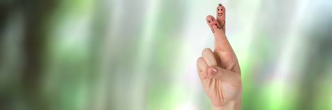 Les doigts du ` s de Valentine aiment le fond de couples et de forêt Photographie stock libre de droits