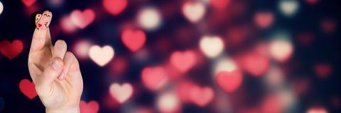Les doigts du ` s de Valentine aiment rougeoyer de lumières de coeur de couples et de bokeh Images libres de droits