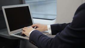 Les doigts masculins de la copie d'homme d'affaires sur le clavier d'ordinateur portable s'exercent banque de vidéos