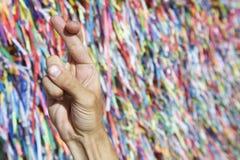 Les doigts ont croisé les rubans brésiliens de souhait du Brésil photographie stock libre de droits