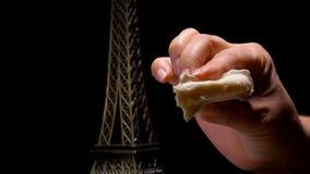 Les doigts serrent une tranche de fromage français mou banque de vidéos