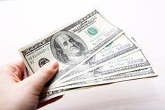 Les dollars à disposition se ferment  Images stock