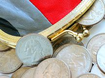Les dollars américains dans une pièce de monnaie pincent sur un fond blanc Images stock