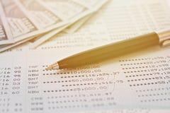 Les dollars américains encaissent l'argent sur le carnet de compte d'épargne d'épargnes ou le relevé de compte financier  photos libres de droits