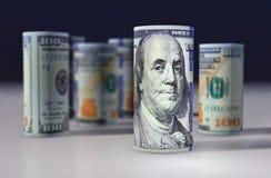 les dollars de fond nous ont isolés blancs Billets de banque empilés sur l'un l'autre Photographie stock