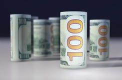 les dollars de fond nous ont isolés blancs Billets de banque empilés sur l'un l'autre Image libre de droits