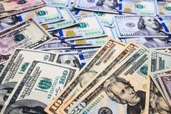 Les dollars empilent comme fond Une pile des billets de banque des USA photos libres de droits