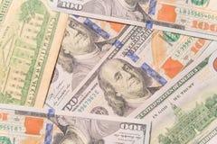 Les dollars encadrent fait à partir de la pile des billets de banque de facture de cent-dollar Image libre de droits