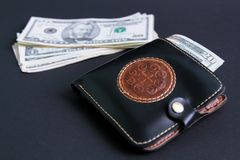 Les dollars encaissent dedans une fin brune de portefeuille  images stock