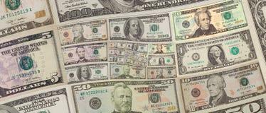 Les dollars US d'argent ajustent le fond en spirale cent, cinquante dollars de billets de banque Modèle abstrait de fond de dolla Image stock