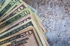 Les dollars US ont éventé sur le fond gris d'ardoise, configuration plate photo libre de droits