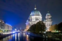 Les DOM à Berlin la nuit photo stock