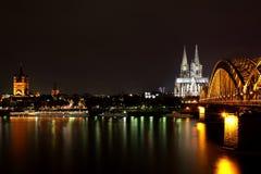 Les DOM à Cologne, nuit Images stock
