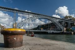 Les DOM luis de pont dans la ville de Porto photos stock