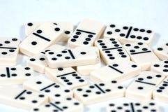 Les dominos se ferment vers le haut images libres de droits