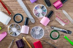 les dossiers d'ongle, ciseaux avec des tondeuses manicure avec les bouteilles polonaises Images stock
