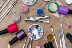 les dossiers d'ongle, ciseaux avec des tondeuses manicure avec les bouteilles polonaises Image libre de droits