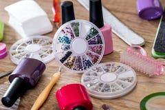 les dossiers d'ongle, ciseaux avec des tondeuses manicure avec les bouteilles polonaises Images libres de droits