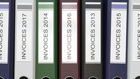 Les dossiers multiples de bureau avec des factures textotent différentes années de labels banque de vidéos