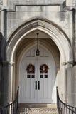 Les doubles portes catherdral blanches surrouned par manière antique d'entrée images libres de droits