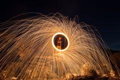 Les douches de rougeoyer chaud étincelle de la laine en acier de rotation Photographie stock libre de droits