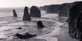Les douze apôtres éclairés à contre-jour en noir et blanc images stock
