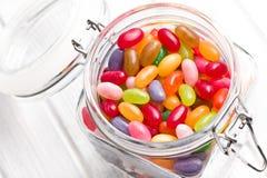 Dragées à la gelée de sucre dans le pot en verre photos libres de droits