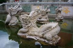 Les dragons mystiques bouddhistes dans le monastère de Chongshen. Photographie stock libre de droits