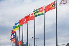 Les drapeaux évoluent au-dessus de Sotchi Autodrom Russe Grand prix Photographie stock libre de droits
