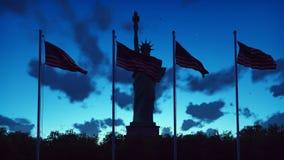 Les drapeaux américains flotte dans le vent sur un lever de soleil contre le ciel bleu et la statue de la liberté rendu 3d image libre de droits