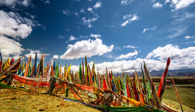 Les drapeaux bouddhistes de prière dans la montagne tibétaine aménagent en parc Photographie stock