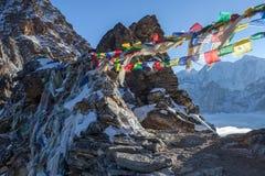 Les drapeaux bouddhistes de prière sur la La de Renjo passent dessus trois Photo stock