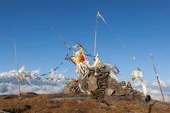 Les drapeaux bouddhistes de prière sur un bouddhiste chorten dedans Photo stock