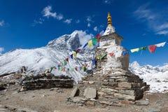 Les drapeaux bouddhistes de prière sur un bouddhiste chorten dessus Photo libre de droits