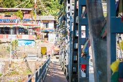 Les drapeaux colorés de prière accrochent sur le pont de rivière au Népal Photo libre de droits